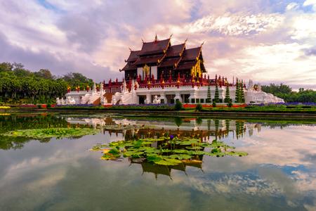 Традиционная тайская архитектура в стиле Ланна, Королевский павильон (Хо Хам Луанг) в Royal Flora Expo, Чиангмай, Таиланд в утреннем тумане с голубым небом и облаками. Фото со стока