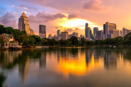 Закат scence Бангкок skyline Панорама, Вид с воздуха Бангкока современных офисных зданий и кондоминиума в центре города Бангкок с закат небо и облака в Бангкоке, Таиланд. Отражение на озере Фото со стока