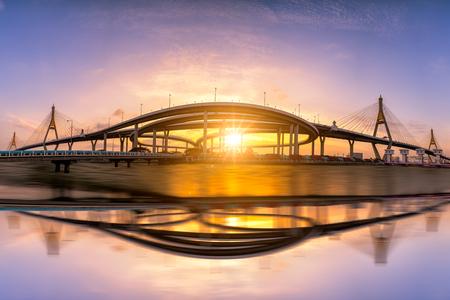 曼谷全景的日落scence,在曼谷市的日落天空和雲彩的普密蓬懸索橋的看法在泰國曼谷。和反思在河上。