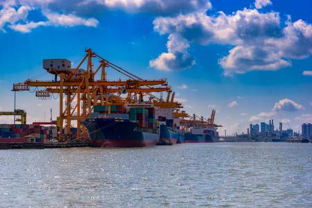 Контейнер, контейнерное судно в экспортном импорте и бизнес-логистике, Кран, Торговый порт, Корабль, груз в гавань. Аэрофотосъемка, Водный транспорт, Международный, Shell Marine, транспорт, логистика Фото со стока