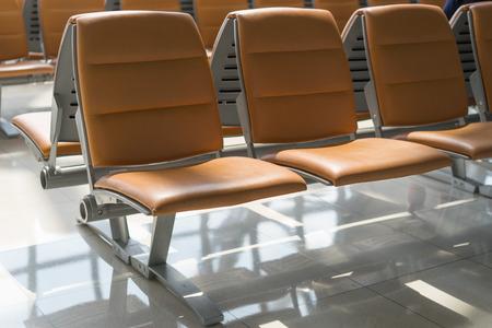 在機場的出發大廳空的椅子 版權商用圖片