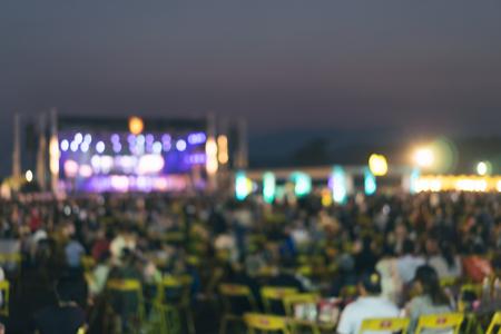 散景照明與觀眾或模糊的背景夜音樂會