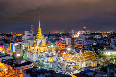 Закат в Wat Traimit Witthayaram Worawihan, Храм Золотого Будды в Бангкоке, Таиланд. Это один из самых красивых храмов в Бангкоке и крупный турист