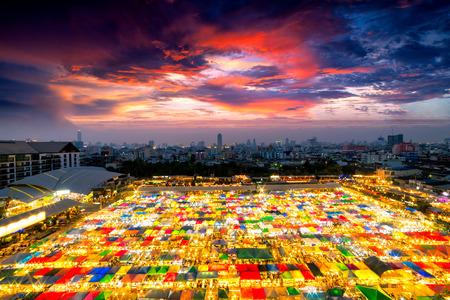 Sunset scence Bangkok Panorama, вид с воздуха на ночной рынок Бангкока в центре города Бангкока с неба и облаков заката в Бангкоке, Таиланд. И красочные палатки
