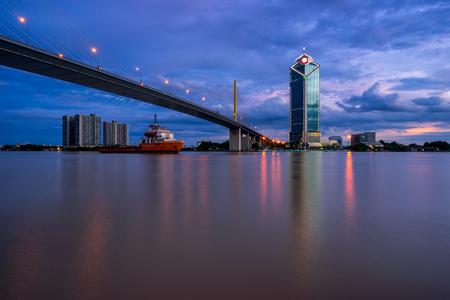 Sunset scence Bangkok Panorama, вид на мост Rama 9 в городе Бангкок с закатом небо и облака в Бангкоке, Таиланд. И отражение на реке Фото со стока