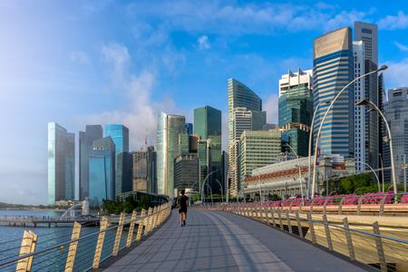 亞洲男子在新加坡商業城市慢跑 版權商用圖片