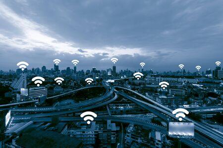 Голубой тон городской пейзаж и концепция сетевого подключения, беспроводной бизнес-центр Wifi