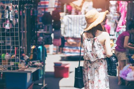 Молодая женщина-путешественница посещает Монгкок в Гонконге. Фото со стока