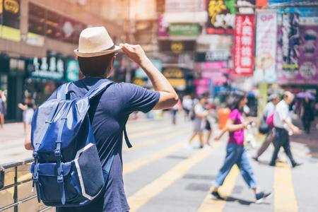 Путешественник молодого человека посещает Монгкок в Гонконге. Фото со стока