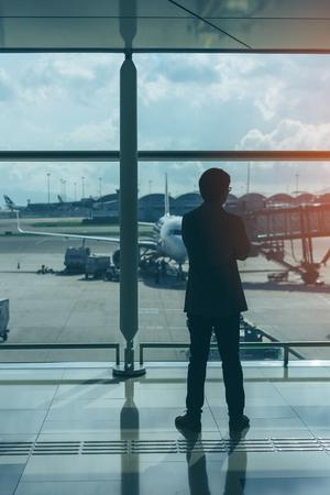 Молодой деловой человек waitng в аэропорту. Фото со стока