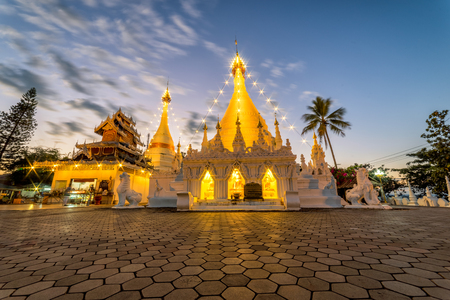 Sunset scence of White pagoda at Temple Wat Phra That Doi Kong Mu at Mae Hong Son near Chiang Mai, Thailand 新聞圖片