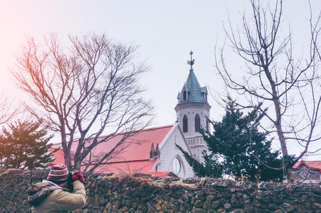 Путешественник сфотографировал православную церковь Хакодате со снегом в зимний сезон в Хакодате, Хоккайдо, Япония Фото со стока