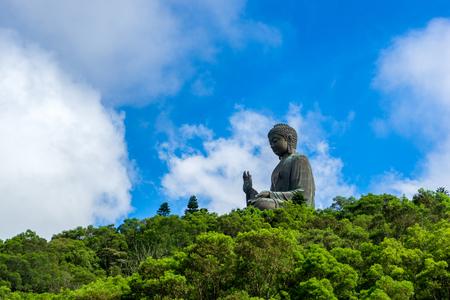 Гонконг сценический Тянь Тан Будда или Большой Будда, большая бронзовая статуя в Нгонг Пинг, остров Лантау, Гонконг.