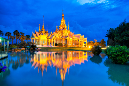 Прекрасная сцена заката тайского храма в Ват Нет Кум или Ват Non Кум в провинции Накхон Ратчасима Таиланд. Это популярный тайский храм в Таиланде.