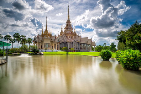 Красивая сцена тайского храма в Ват Нет Кум или Ват Некум в провинции Накхон Ратчасима в Таиланде. Это популярный тайский храм в Таиланде.