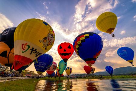 CHIANGRAI, ТАИЛАНД - 17 февраля 2017: Воздушные шары на закате в парке Singha Chiangrai в Singhapark Chiangrai International BalloonFiesta 2017.