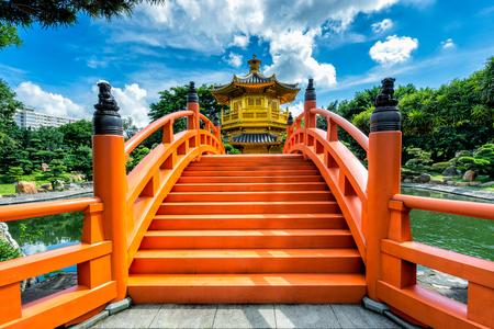 Гонконг красивая золотая тиковая деревянная пагода в саду Нан Лиан в Гонконге