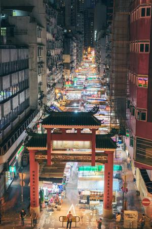 HONG KONG, CHINA - AUG.11 2017: Темпл-стрит ночью. Темпл-стрит - самый известный ночной рынок в Гонконге.