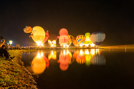 Воздушные шары в ночное время в международном BalloonFiesta. Редакционное