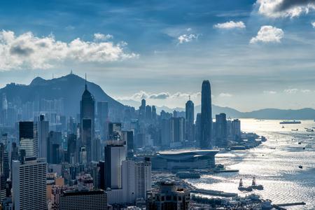 Гонконгский горизонт перед закатом. Вид с горы Бремар в Гонконге.