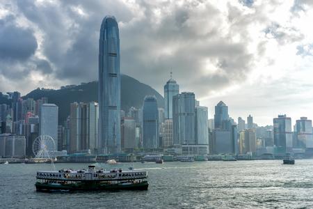 Гонконгский горизонт перед закатом. Вид со всей гавани Виктория Гонконг.