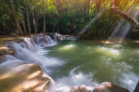 Удивительные прекрасные водопады в тропическом лесу на водопаде Хуай Мэй Хамин 2-го уровня в национальном парке плотины Шринакарин, Канчанабури-Провиция, Таиланд