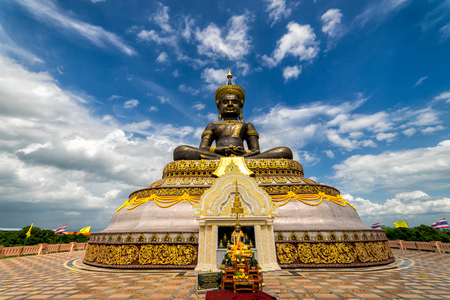 The biggest Phra Phuttha Maha Tammaracha black buddha statue at Pechabura Buddhist Park in Petchabun Provice, Thailand 版權商用圖片