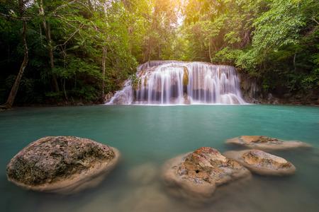 Удивительные красивые водопады второго уровня в тропическом лесу на водопаде Эраван в национальном парке Эраван, провинция Канчанабури, Таиланд