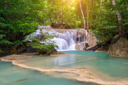 Удивительные красивые водопады уровня один в тропическом лесу в водопаде Эраван в национальном парке Эраван, провинция Канчанабури, Таиланд