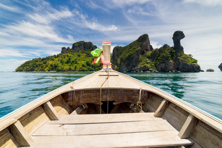 Long Thai boat into Chicken island near Railay beach in Krabi province, Thailand in the Andaman sea in south Thailand. 版權商用圖片