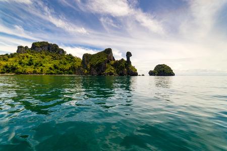 Остров цыпленка возле пляжа Рейлей в провинции Краби, Таиланд в Андаманском море на юге Таиланда.