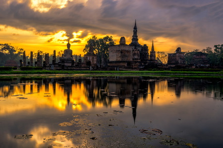 Sunrise scence of Wat Mahathat temple in the Sukhothai Historical Park contains the ruins of old Sukhothai, Thailand. 스톡 콘텐츠