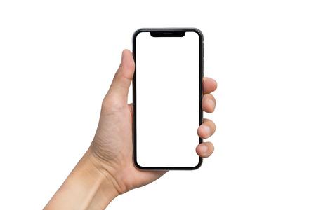 남자의 손에 흰색 배경에 고립 된 세로 위치에 흰색 화면 모바일 스마트 폰을 보여줍니다