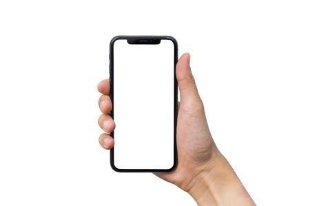 La main de l'homme montre un smartphone mobile avec écran blanc en position verticale isolé sur fond blanc