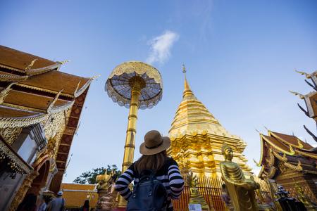 와트 Phra는 Doi Suthep 사원 여행 젊은 여자 여행자. 이 성전은 태국 치앙마이의 구시 가지에있는 란나 예술의 훌륭한 예를 담고 있습니다. 스톡 콘텐츠