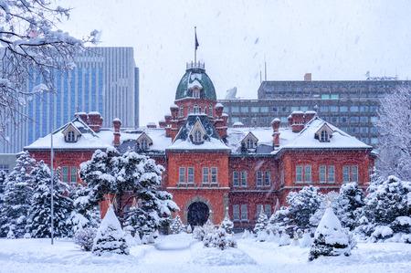 札幌、北海道、日本で旧北海道庁舎のビュー。旅行者は、冬の札幌、北海道の元北海道政府事務所で写真を撮る