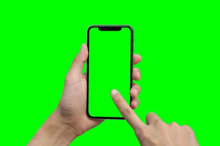 Die Hand des Mannes zeigt mobilen Smartphone mit grünem Schirm in der vertikalen Position, die auf grünem Hintergrund lokalisiert wird