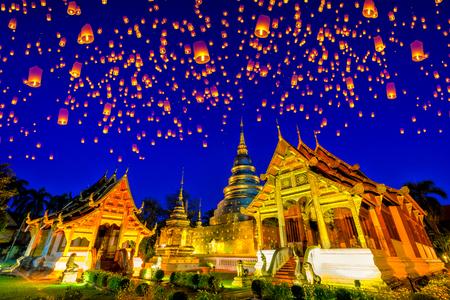 Drijvende lamp en krathong lantaarn in yee peng festival bij Wat Phra Singh-tempel. Deze tempel bevat uitstekende voorbeelden van Lanna-kunst in het oude stadscentrum van Chiang Mai, Thailand. Stockfoto - 92443823