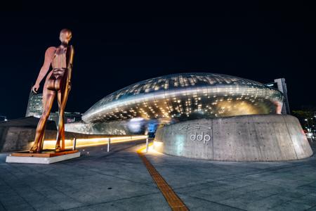 SEOUL, SOUTH KOREA - APRIL 11, 2018 : Modern architecture of the Dongdaemun Design Plaza (DDP) at night in Seoul city,South Korea. 新聞圖片
