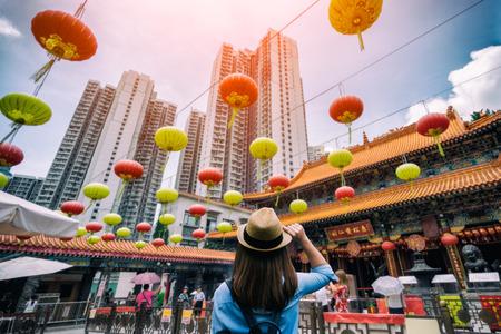 Viaggiatore della giovane donna sta visitando al tempio di Wong Tai Sin a Hong Kong
