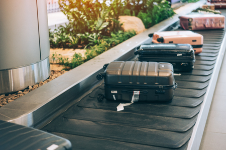Koffer oder Gepäck mit Förderband im internationalen Flughafen. Standard-Bild