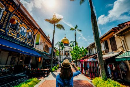 Młoda podróżniczka podróżująca do meczetu Masjid Sultan znajdującego się w Kampong Glam w Singapurze. Zdjęcie Seryjne