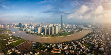 Luftaufnahme der Skyline von Ho-Chi-Minh-Stadt und der Wolkenkratzer im Zentrum des Herzens in der Innenstadt von Ho-Chi-Minh-Stadt. Panorama des Stadtbildes am Saigon-Fluss in Ho-Chi-Minh-Stadt in Vietnam bei Sonnenaufgang