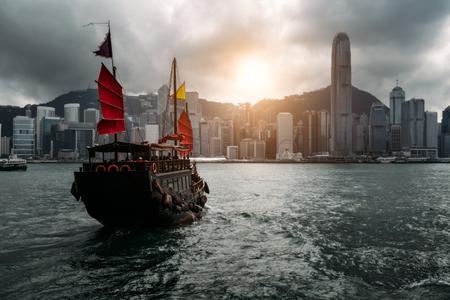 Skyline von Hongkong mit touristischem Segelboot. Blick von über Victoria Harbour Hong Kong.