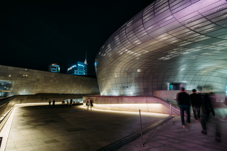 SEOUL, SOUTH KOREA - APRIL 11, 2018 : Modern architecture of the Dongdaemun Design Plaza (DDP) at night in Seoul city,South Korea. Редакционное
