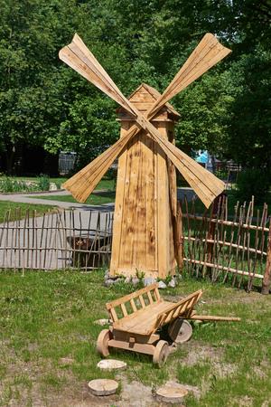 carreta madera: molino de viento de madera decorativa, carro de madera en el Parque