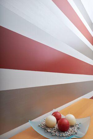 rayas: rojas y blancas velas redondas con rayas disponen de pared