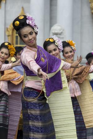director de escuela: Bangkok, Tailandia el 06 de octubre 2556 en el Middle Temple, director en Bophit continuar con la tradici�n del arroz etiqueta Setanta