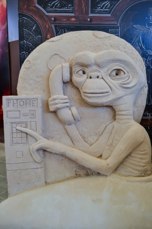 et: Sand Sculpture Statue ET phone home  Skilled potter to Thailand