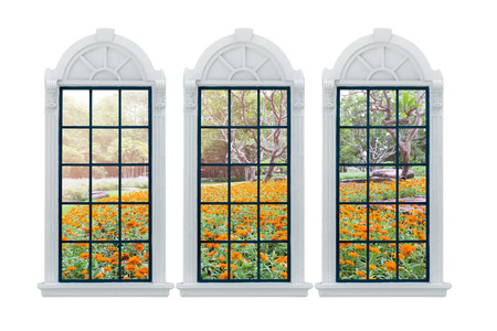 jardines flores: Ventana moderno y jardines de flores residenciales detr�s.